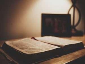 cristão lendo biblia sagrada