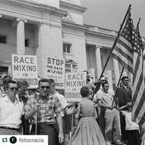 "No cartaz ""Miscigenação é comunismo"". Protesters in Little Rock, Arkansas, (1959);"